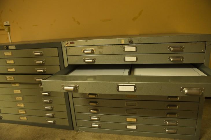 Arkivlådor där det troligen legat mängder med ritningar till SAAB's flygplan under årets lopp.