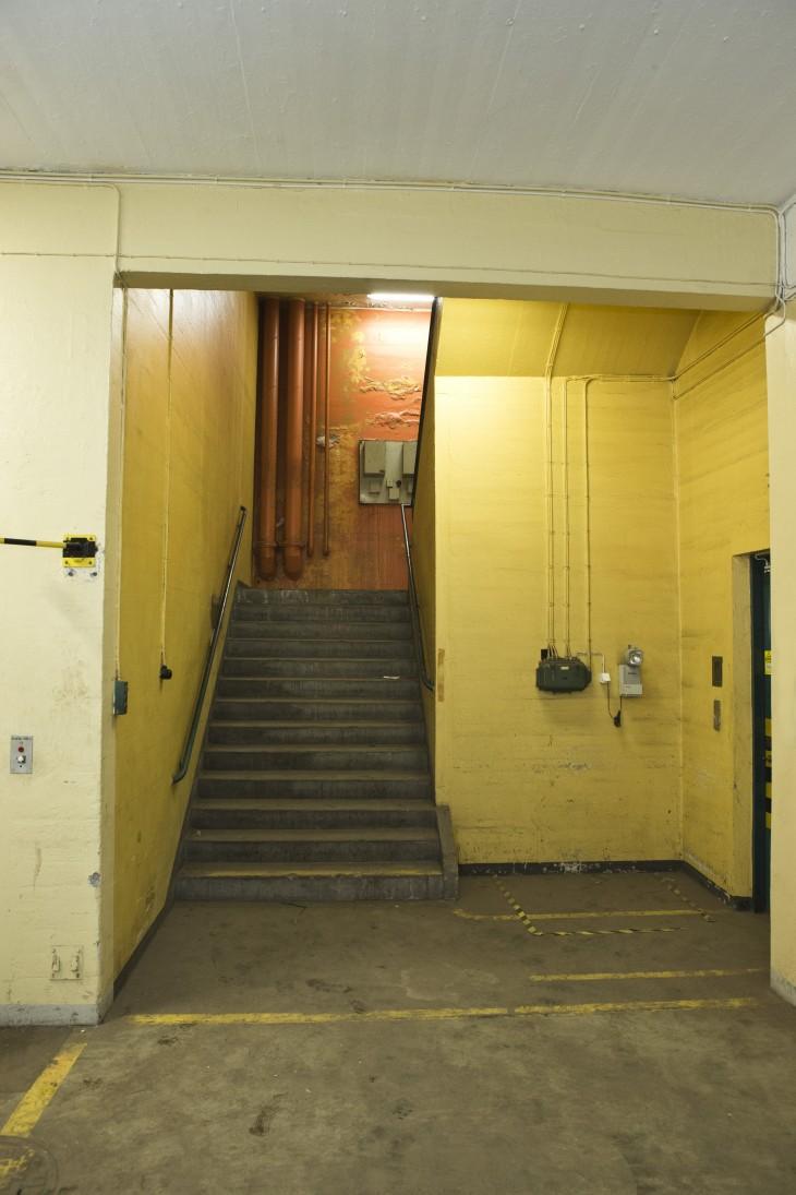 En av flertalet trappor mellan de två våningarna.