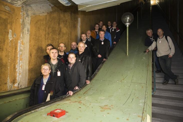 Gruppbild i en gång Sveriges längsta rulltrappor.