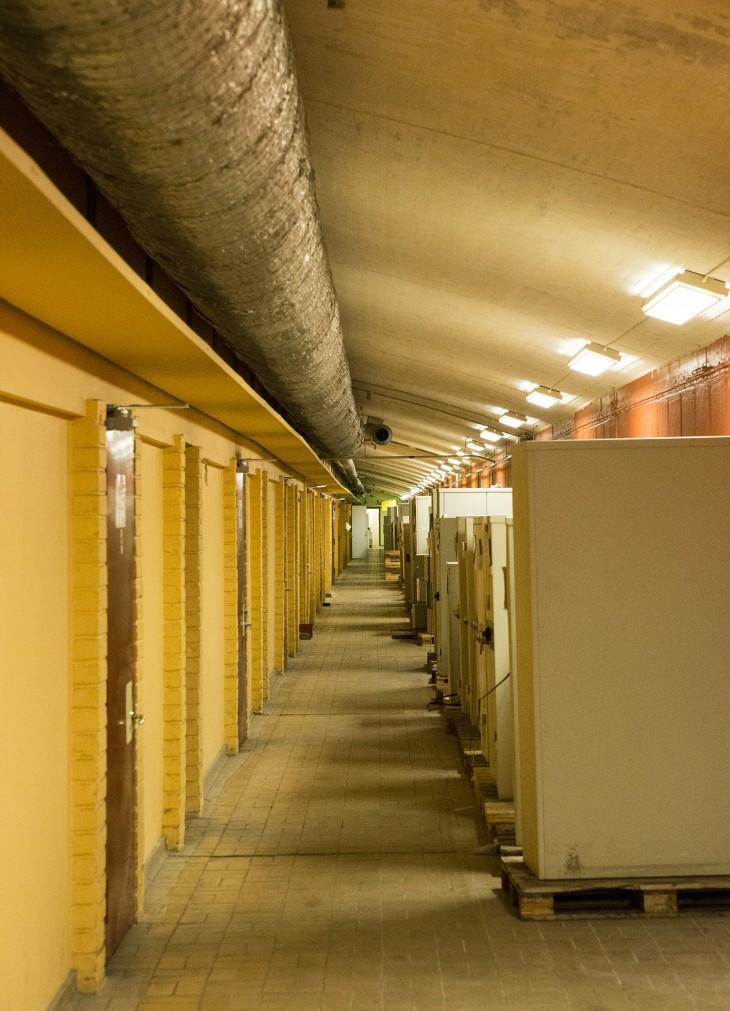 """""""Suckarnas gång"""" mellan rulltrappan och själva fabriken"""