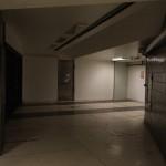 Vy mot T-centralen med nedgången till skyddsrummet till vänster. Luckor syns i golvet för det nedre etagets inrymning.