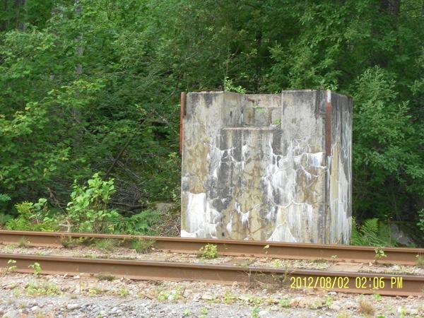 Rester av järnvägsspärren.