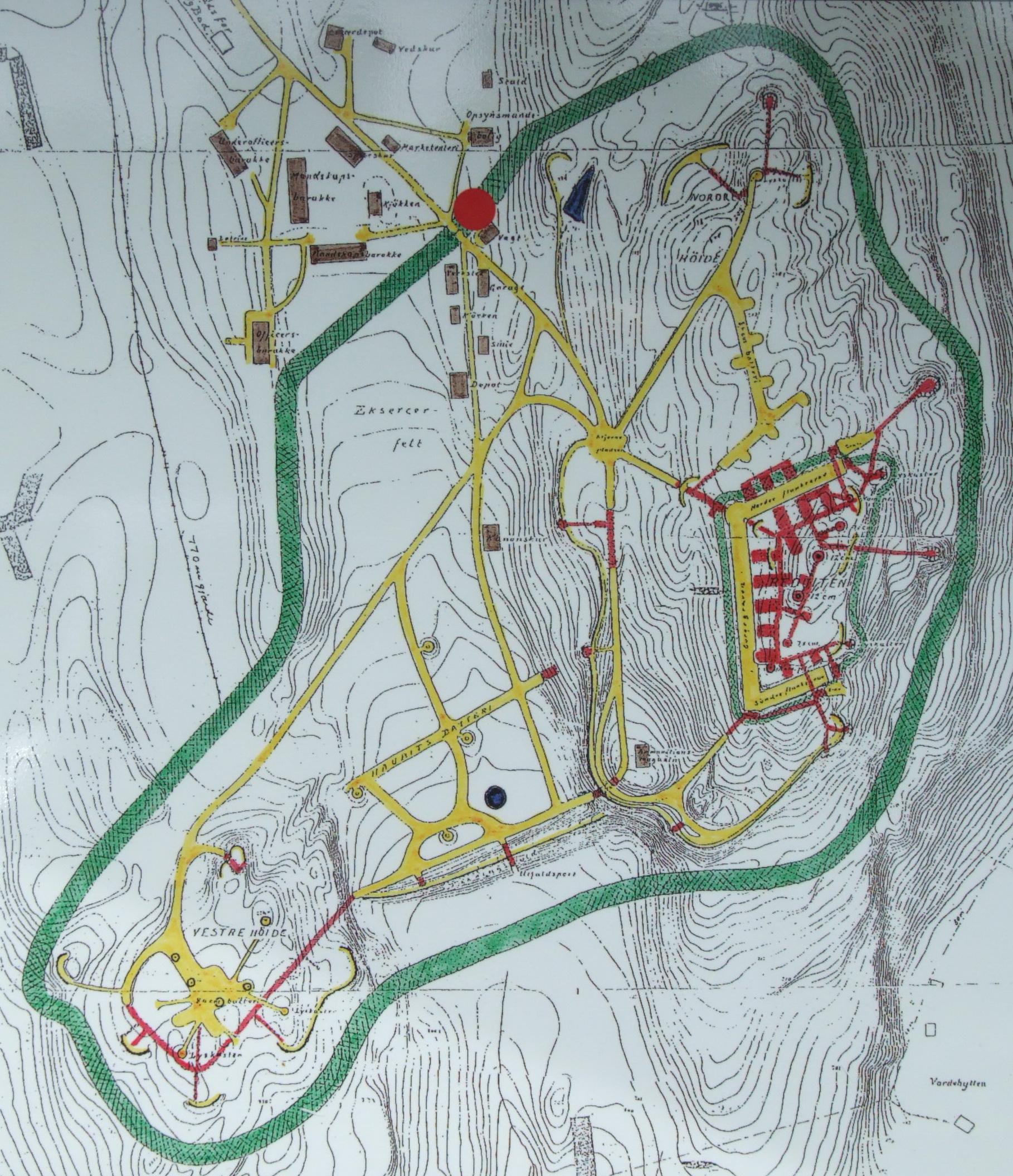Karta över Höytorp från 1915. Gula partier markerar vägar och gravar, själva bergdelen ligger vid den gula öppna fyrkanten och delarna som finns inne i berget liksom tunnlar i övriga delar är markerade röda.